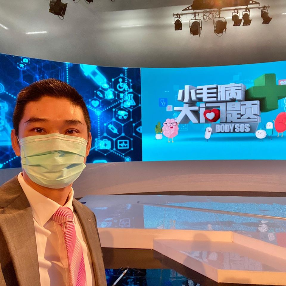 Dr Kevin Lee talking about what causes osteoarthritis on Channel 8's Body SOS (小毛病大问题) programme